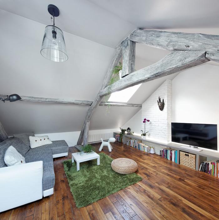 dachgeschosswohnung ideen grüner teppich traumteppich deko bücher fernseher lampe