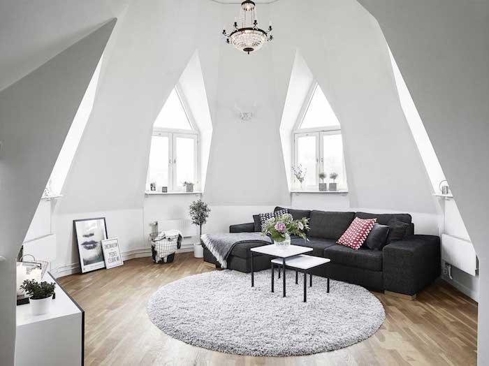kleine wohnung einrichten ideen in schwarz und weiß sofa deko kissen tische fenster