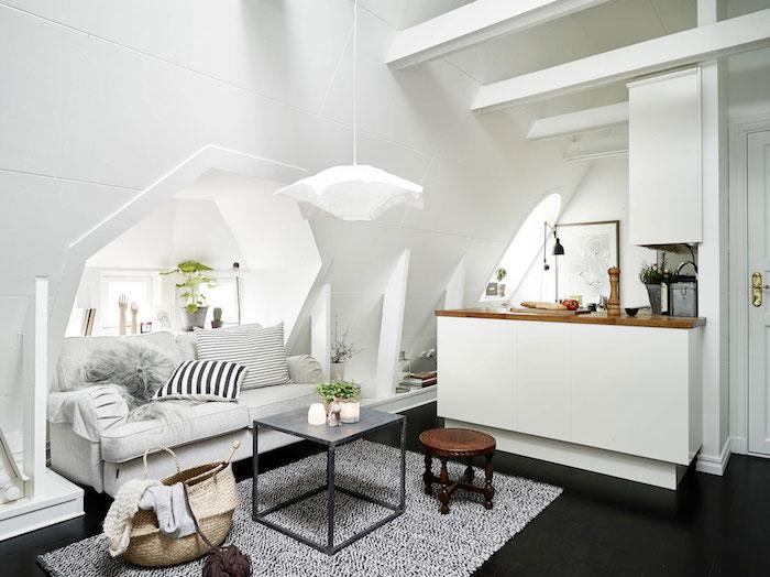 zimmer mit schräge einrichten ideen weißes interieur sofa deko wohnzimmer deko tisch hocker