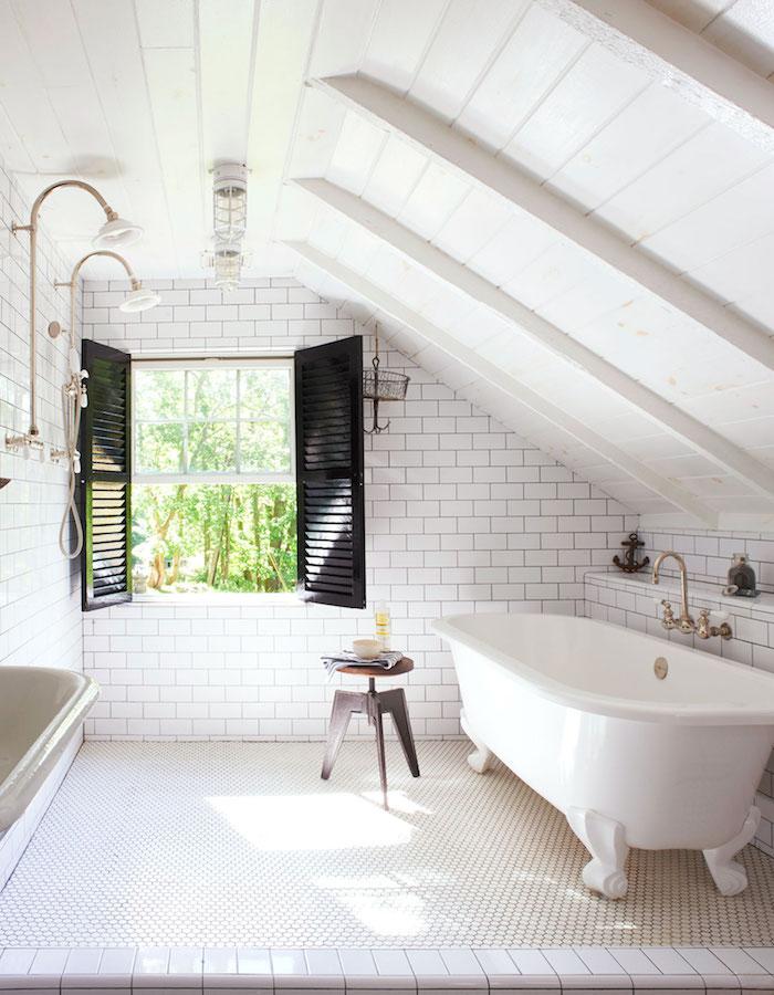 kleine räume geschickt einrichten ideen weiße farbe fenster mit schwarzen details badewanne
