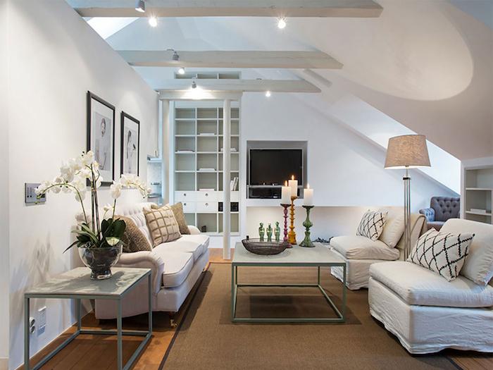 kleine wohnung einrichten dachwohnung wohnbereich sofa sessel deko kerzen auf dem tisch