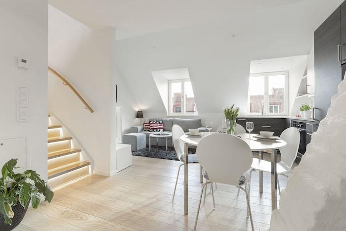 kleine wohnung einrichten stilvoll beleuchtete treppe treppenbeleuchtung sofa sessel