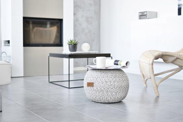 moderne wohnung trendy wohnen weiße deko einrichtungsideen schwarzer tisch