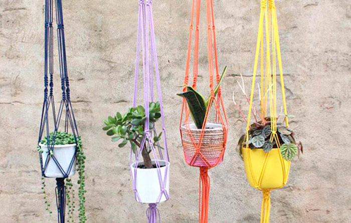makramee anleitung kostenlos lange hängende deko elemente bunte farben frische laune zu hause