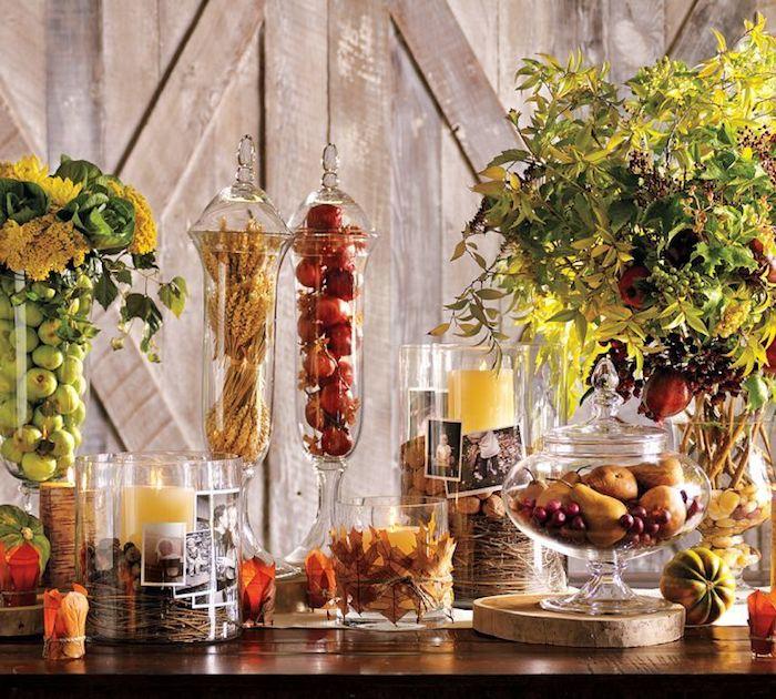schöne Interieurdeko aus Gartengut, kleine grüne Äpfel, gelbe Birnen und Trauben