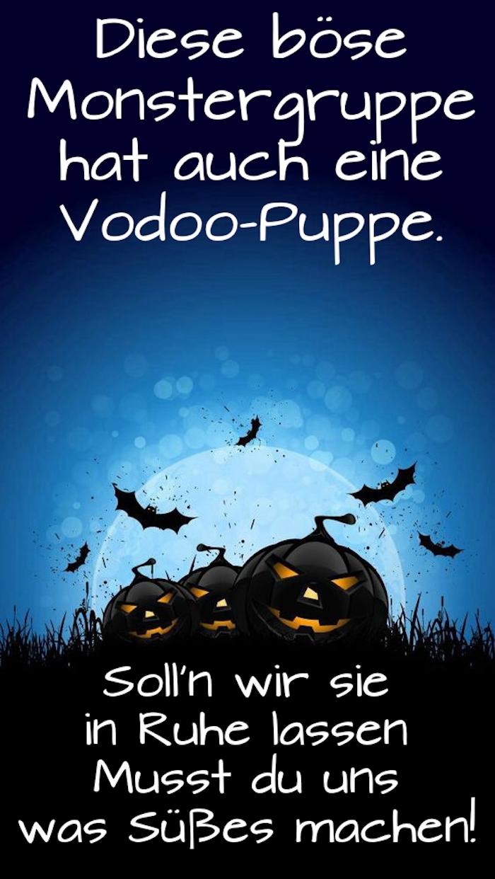 hier finden sie ein bild mitdrei schwarzen halloween kürbissen, fledermäusen, einem schönen großen mond und einer idee zum thema coole halloween sprüche