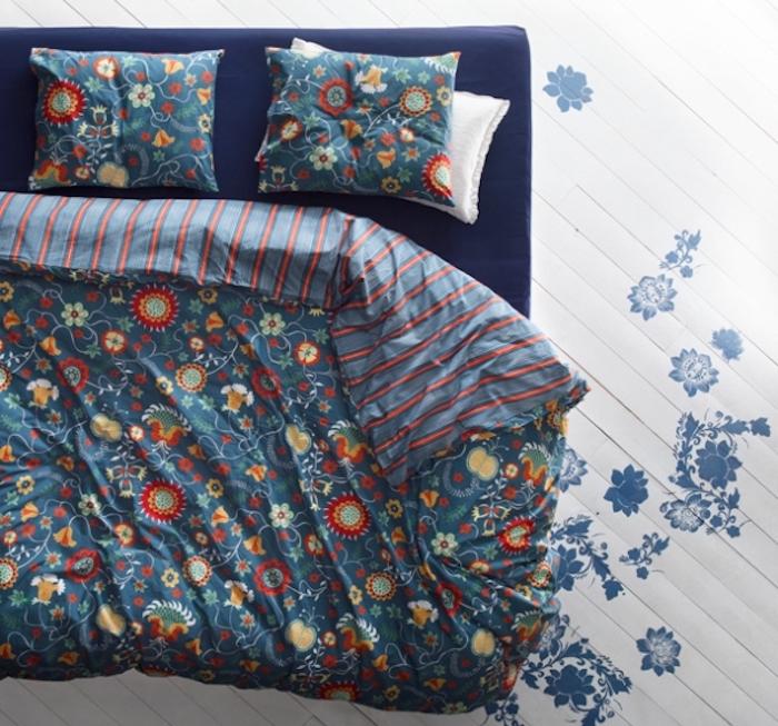 Wassermatratze mit blauen Laken beziehen, Bettwäsche mit verspielten Motiven