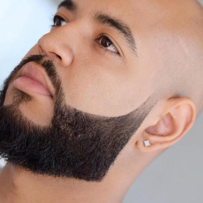 runde Nase, dicke Lippen, Glatze mit Fade Koteletten, graue Ecke, gesunde Haut