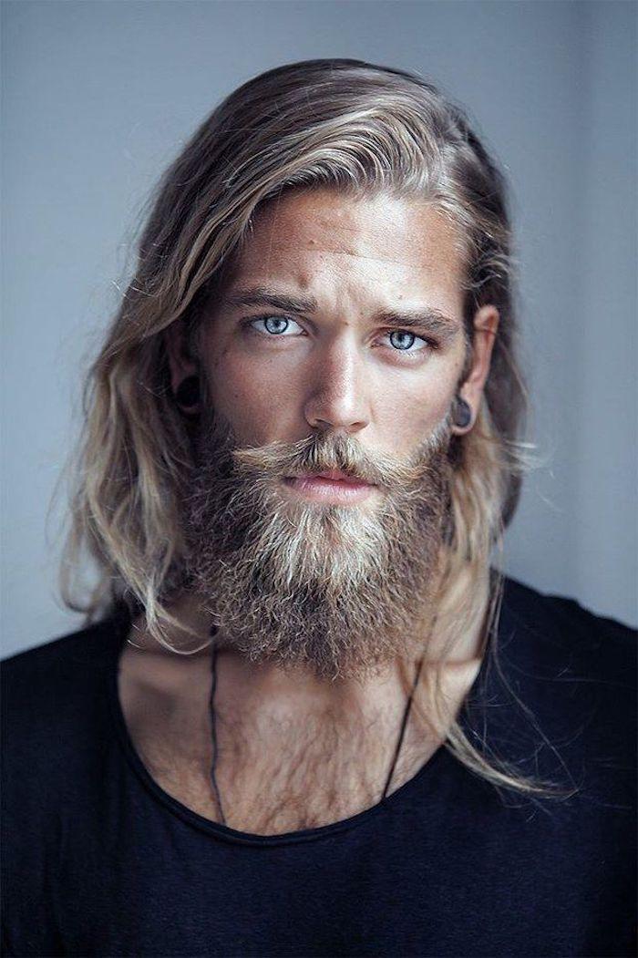 Blondin mit langen Haaren und blauen Augen, Haare am Brust, Halskette