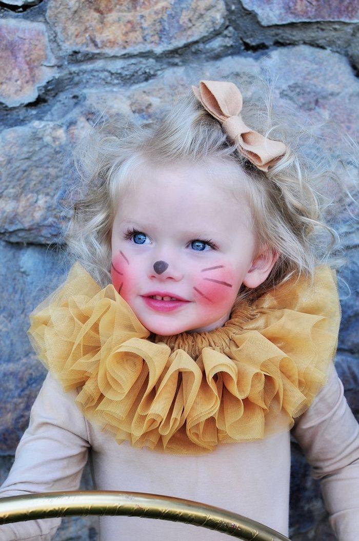 einfache Halloween Kostüme von einem kleinen Mädchen mit einem Katzenkostüm