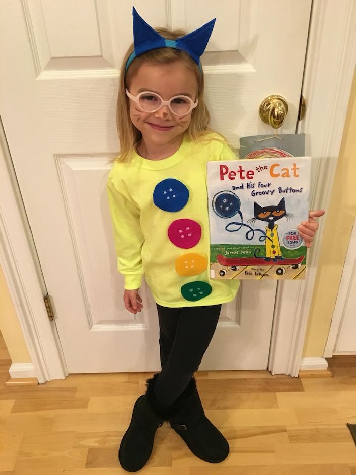 ein Mädchen mit Katzenohren in blauer Farbe, gelbe Bluse mit Knöpfen - einfache Halloween Kostüme