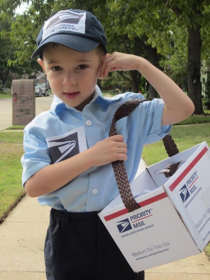 ein kleiner Briefträger mit einem blauen Hemd, schwarze Hose und Cap - Halloween Kostüme für Kinder