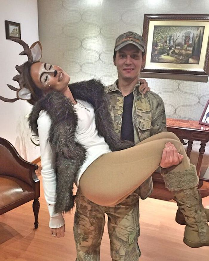 ein Jäger hat eine Rehe geschossen und jetzt trägt die Beutel - Paar Kostüme, Halloween Kostüme Ideen
