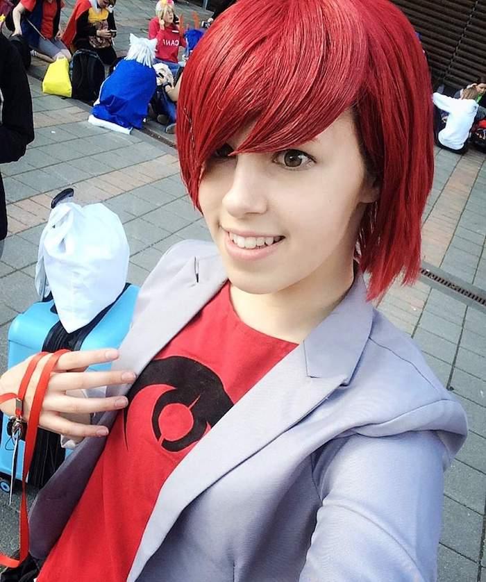 eine rote Perücke und ein rotes T-shirt mit einem Zeichen - schnelles Halloween Kostüm