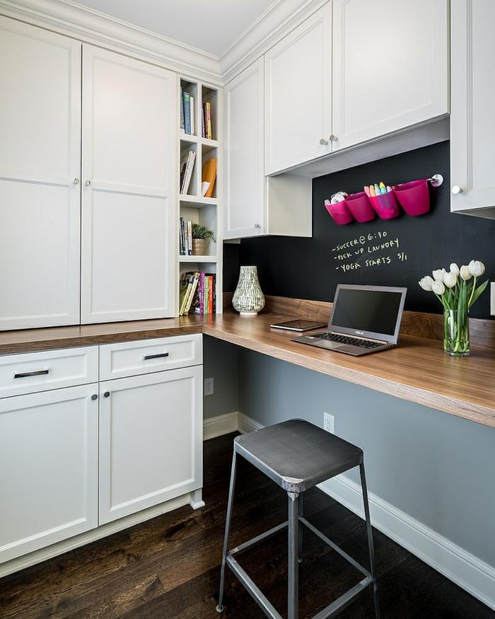Arbeitszimmer Ideen für kleine Wohnung, Wand in Tafelfarbe, violette Stifthalter an der Wand, Laptop und Glasvase mit weißen Tulpen