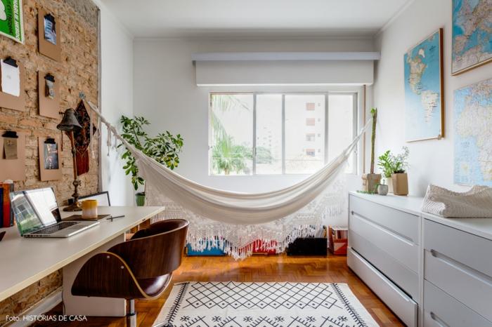 Arbeitszimmer Ideen, Weltkarten und Notizen an den Wänden, Holzmöbel, weiße Hängematte