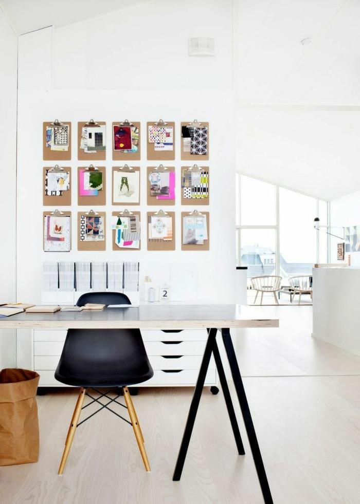 Arbeitszimmer in Weiß, Notizen an der Wand, Möbel aus Holz und Kunststoff, Bücher auf dem Tisch