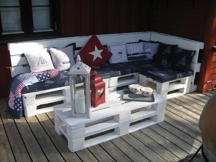 hier finden sie eine ganz tolle idee zum thema gartenmöbel aus paletten - schöne weiße sofas mit roten und großen weißen kissen und ein kleiner weißer tisch aus europaletten