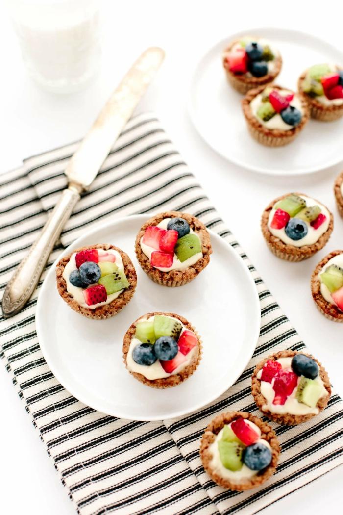 Mini-Tarten zubereiten und mit Früchten garnieren, tolle Ideen für Geburtstagsparty