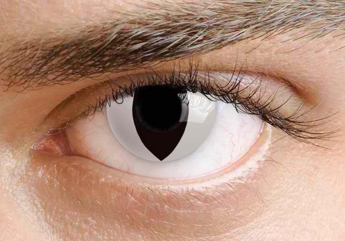 Mann mit bemalten Kontaktlinsen wie Katzenaugen, schwarze Pupille, weiße Iris
