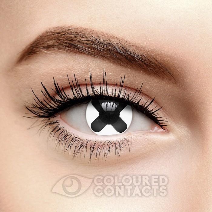 Motivlinsen mit einem schwarzen Kreuz, schwarzer Lidstrich und Wimperntusche