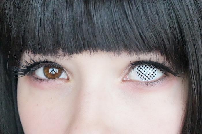 kleines Mädchen mit bunten Augenlinsen für Halloween, glatte Haare mit Pony
