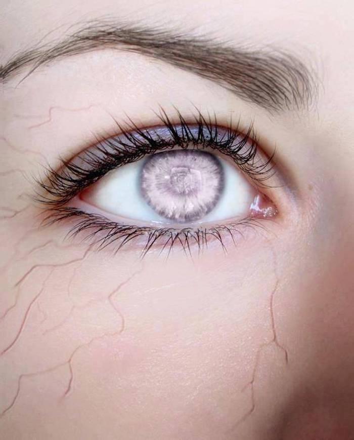 schreckliche Halloween Schminke, hervorstehende Venen, farblose Augen