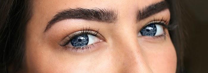 junges Mädchen mit schwarzen Haaren, grauen Augen und dicken Augenbrauen