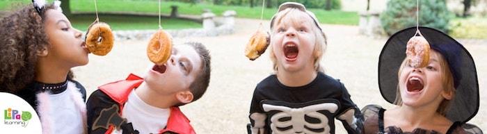 Halloween Spiele, Seilspiele für Kinder, Donut mit dem Mund von einem hängenden Seil beißesn