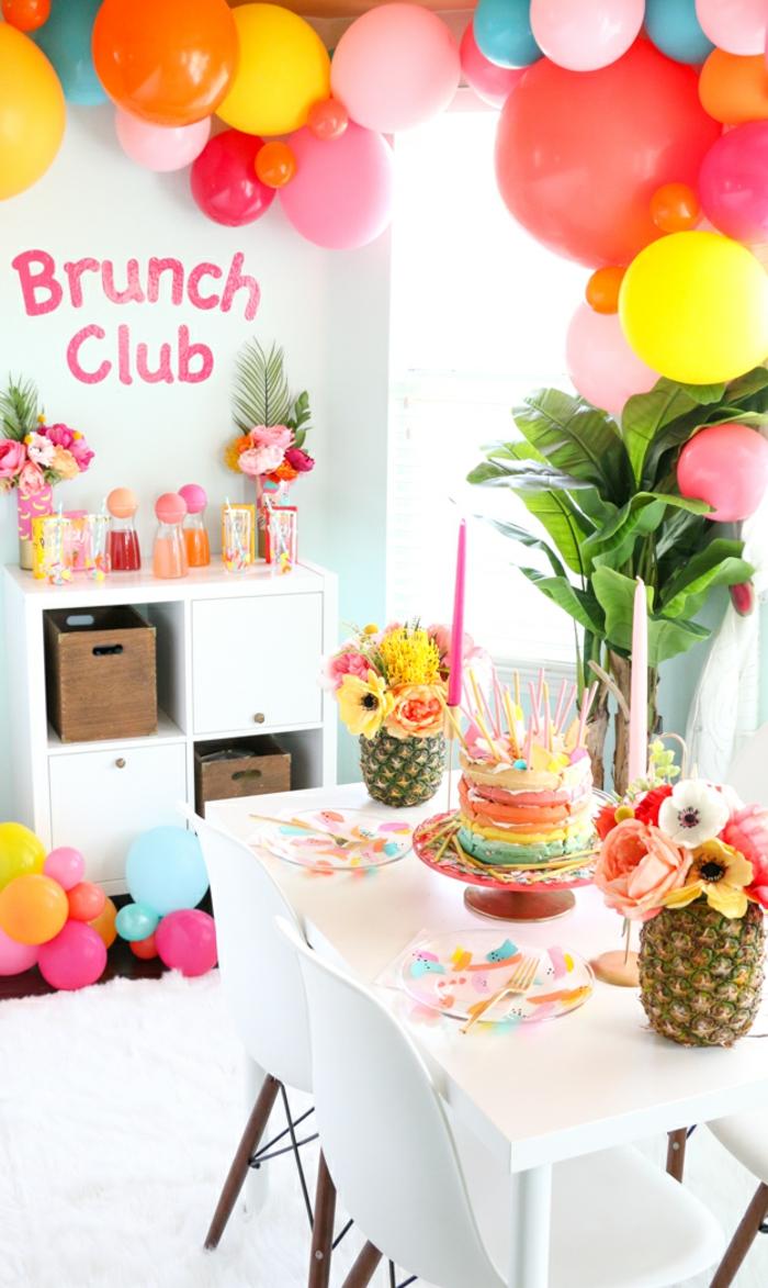 Wunderschöne feierliche Atmosphäre, bunte Geburtstagstorte, Ananasse als Vasen, viele Luftballons