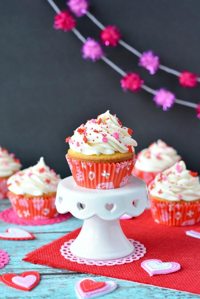 Wunderschöne Cupcakes vorbereiten und mit Sahne dekorieren, Ideen für eine einzigartige Party