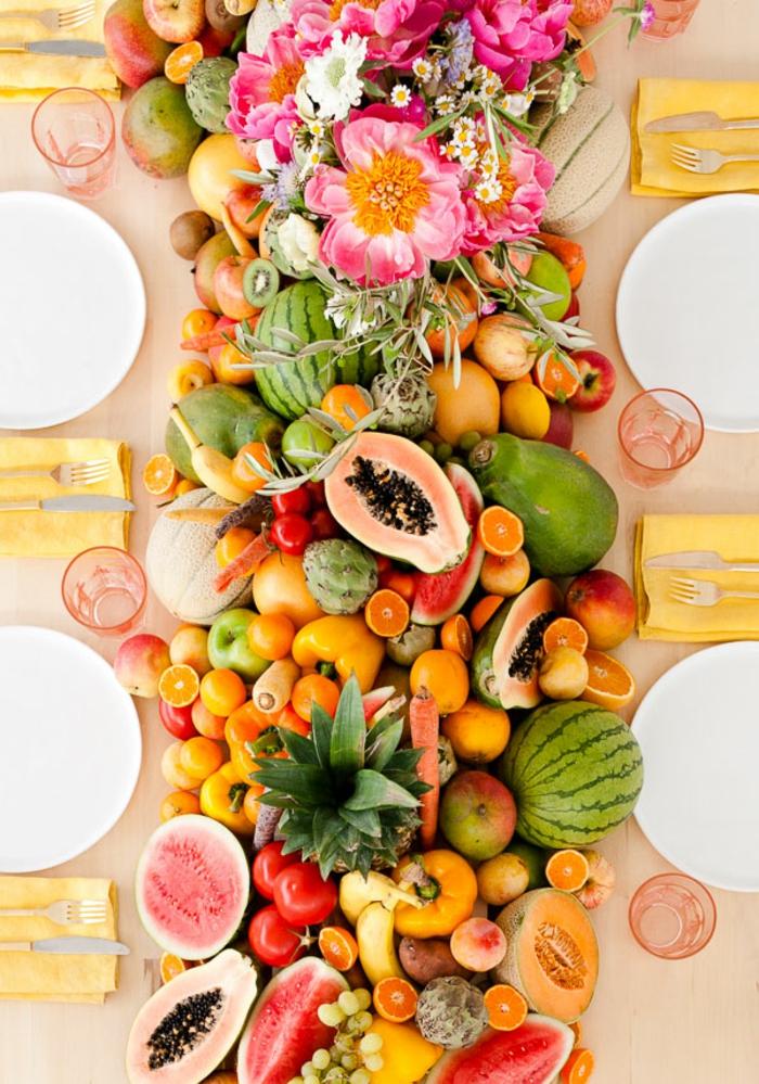 Gesundes und buntes Partyessen, Frischobst und -Gemüse, wunderschöne Blumen, feierliche Atmosphäre