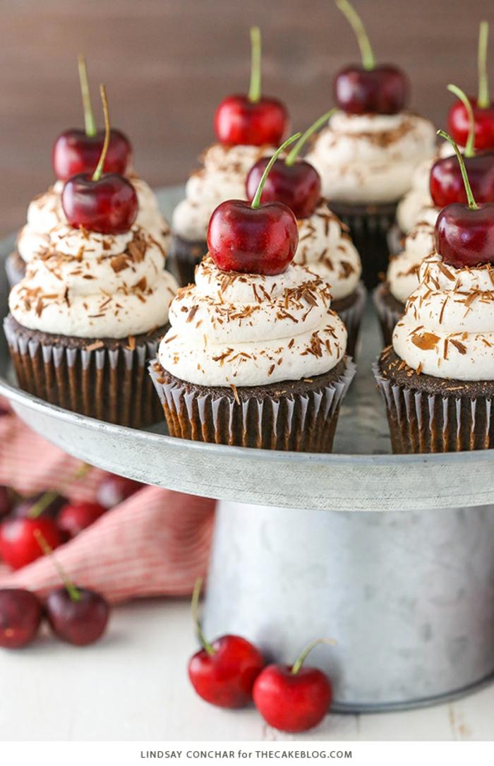 Schoko-Cupcakes mit Creme und Kirschen dekorieren, wunderschöne und leckere Nachtische für Ihre Party