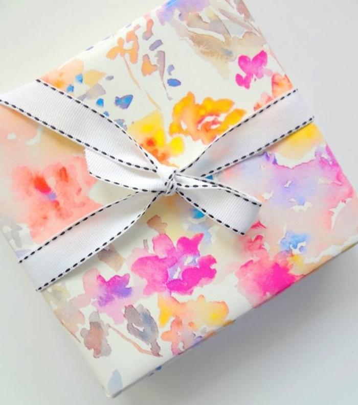 buntes Geschenkpapier in Pastellfarben, Blumenmotive, kleines hübsches Band