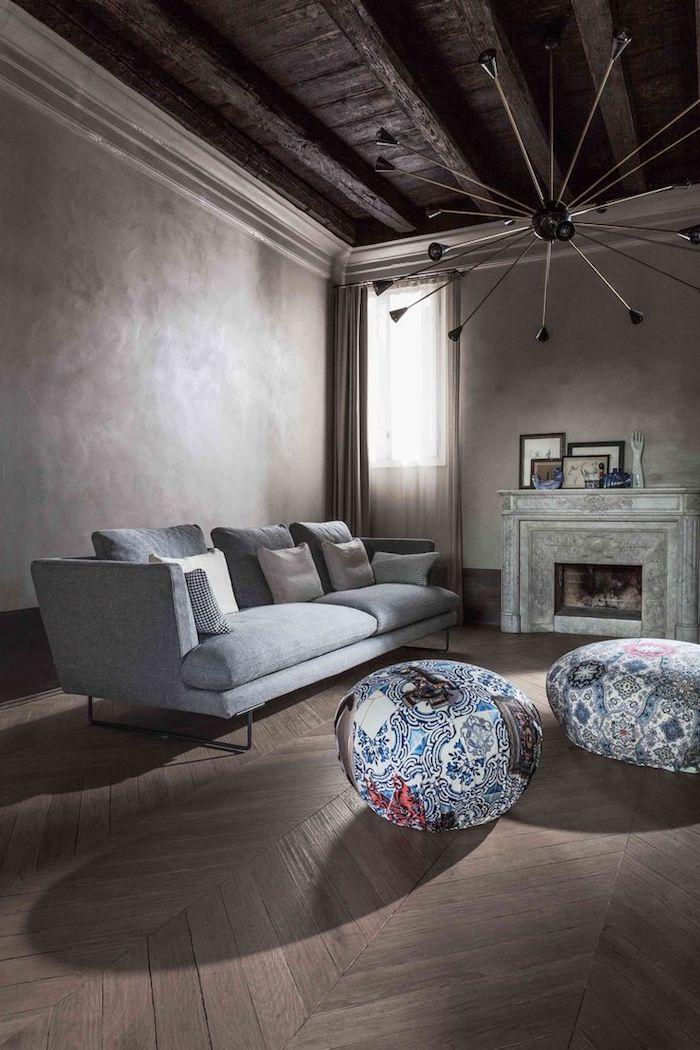 bodenkissen groß ideen bunte sitzkissen graues sofa kaminofen idee lampe design