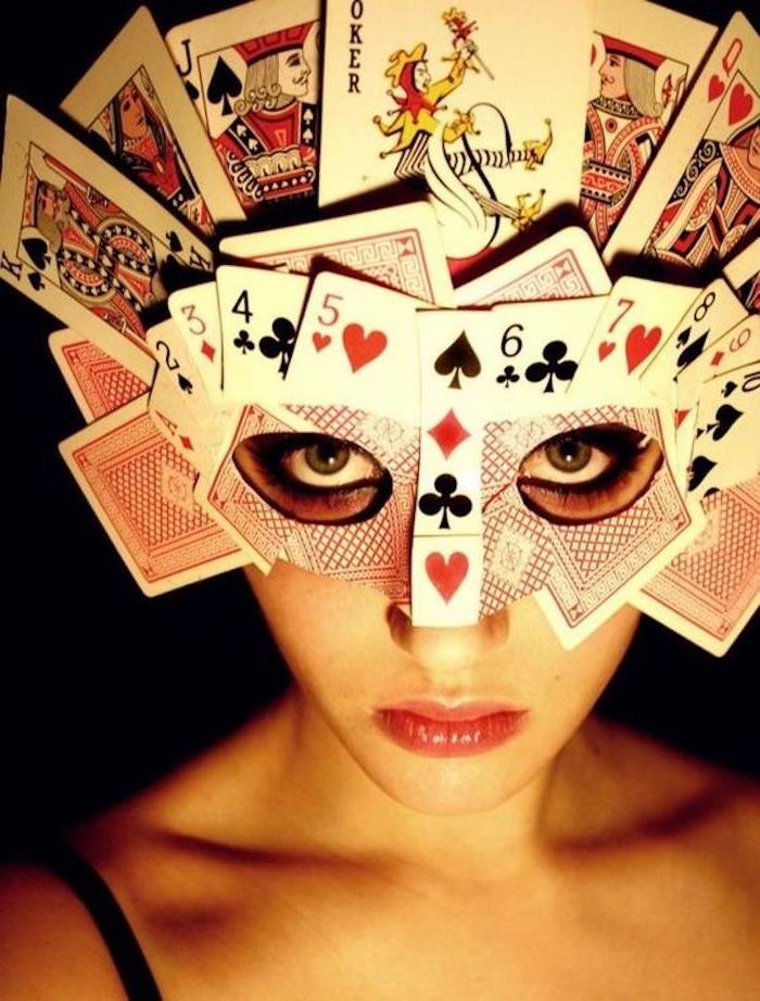 Halloween Maske selber machen - Spielkarten viele aufeinander kleben