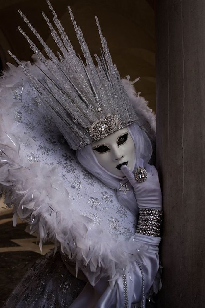 eine Eiskönigin mit Maske aus Venedig - Halloween Maske selber machen