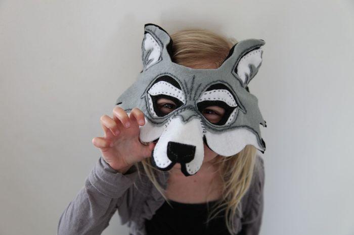eine graue Maske von einer Wölfin - Halloween Maske selber machen für Kinder