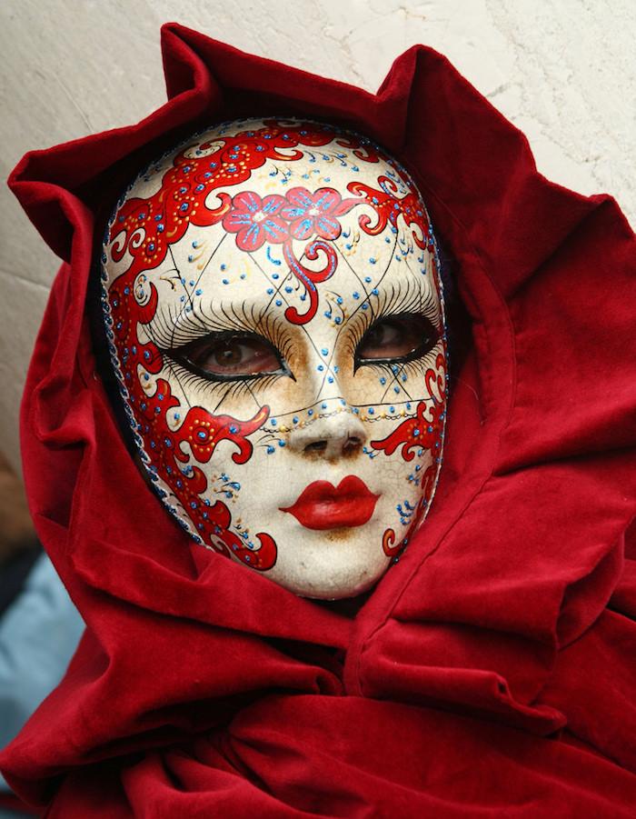 eine rote Maske und rote Gewände - Halloween Maske für Damen selber machen