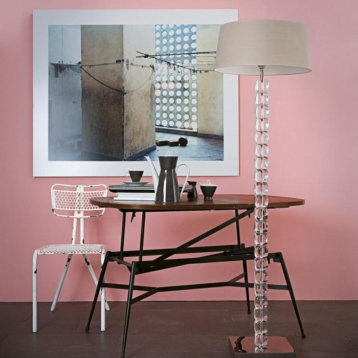 Arbeitszimmer in Rosa, Vintage Möbel, hohe Stehlampe, Hefte und Tassen Kaffee auf dem Tisch