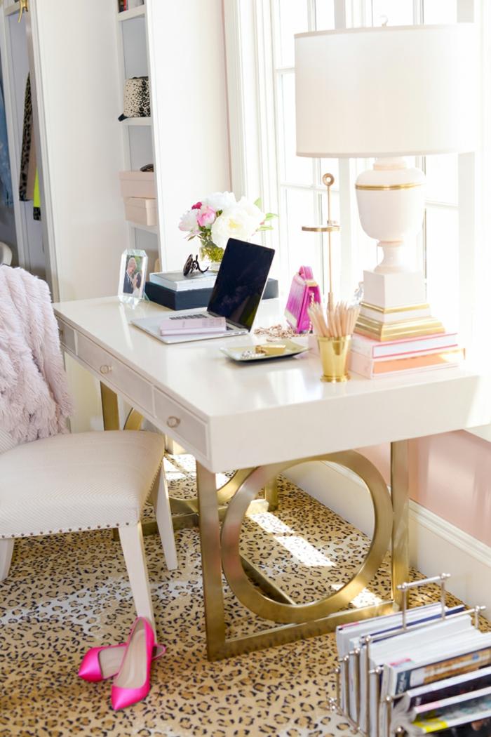 weiße Möbel, Lederstuhl und Holztisch, große Nachttischlampe, Laptop, Foto im Rahmen und Blumenstrauss
