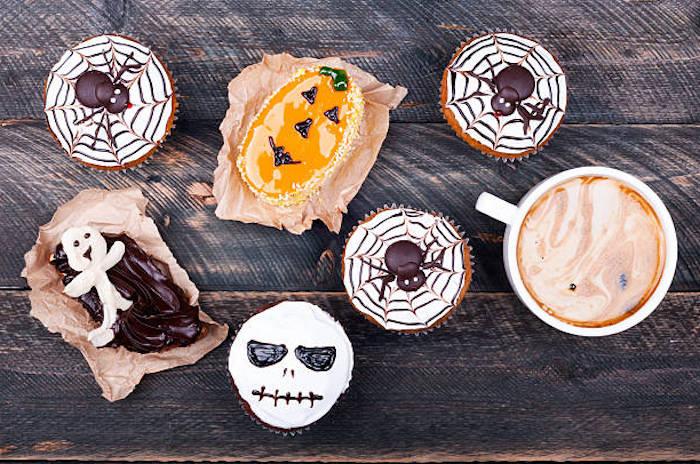 rezepte für halloween, kekse und muffins dekoriert mit schwarzer und weißer schokolade