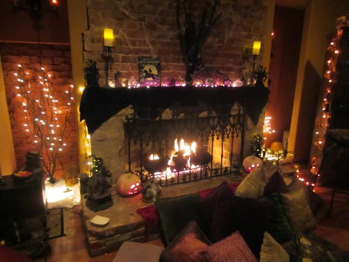 ein Kamin zu Halloween verzieren mit Lichterketten und gruselige Elementen - Halloween Deko selber machen