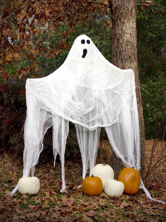 ein Gespenster unter dem Baum mit Kürbisse darunter - Halloween Deko basteln
