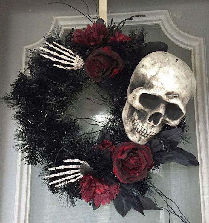 ein Schädel und zwei Knochen Hände auf einem Halloween Kranz - Halloween Deko basteln