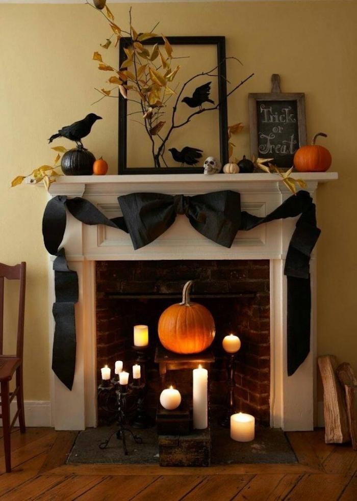 eine geheimnisvolle Halloween Deko basteln mit Kerzen und Kürbisse im Kamin
