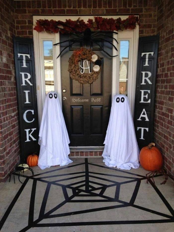 Bastelideen Halloween - zwei Gespenster, zwei Kürbisse und zwei Spinne an der Tür