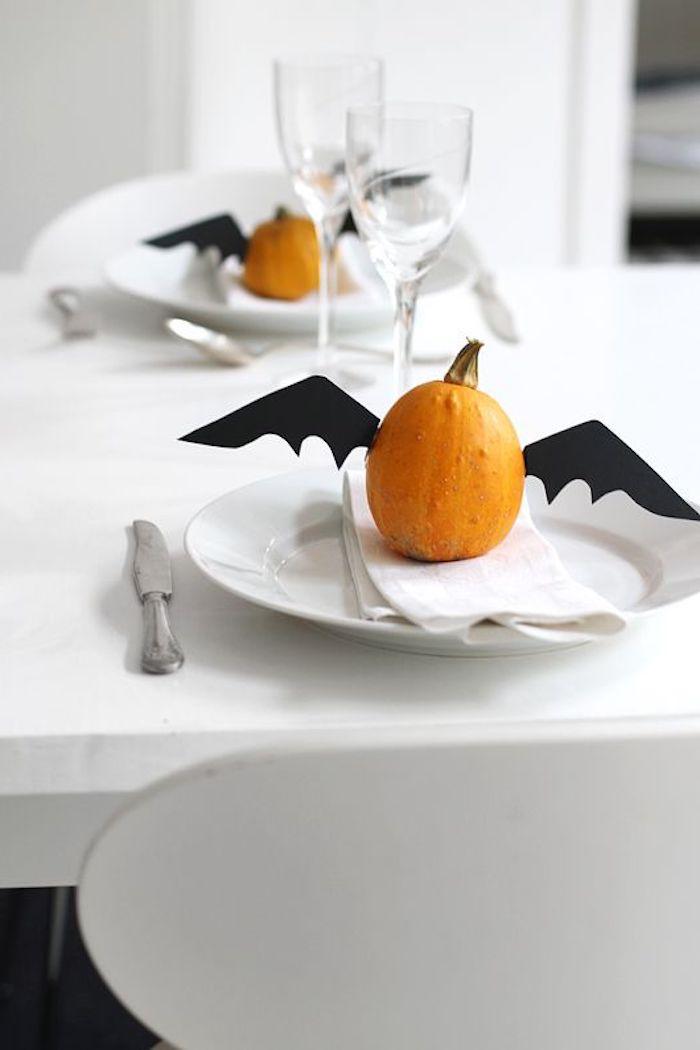 zwei Kürbisse mit Fledermaus Feder als Tischdeko für Halloween - Basteln für Halloween