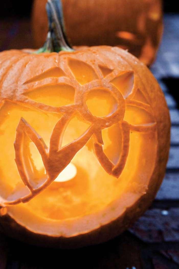 eine Blume in Kürbis schnitzen - eine originelle Idee zum Halloween