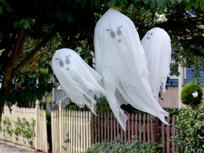 drei Gespenster hängen von dem Baum - gruseliges Basteln für Halloween